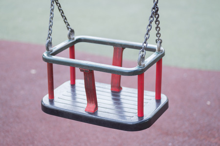 spielende kinder: Schaukel. Lizenzfreie Bilder