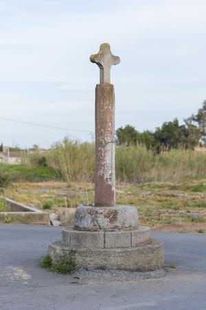 religion catolica: Cruz de piedra.
