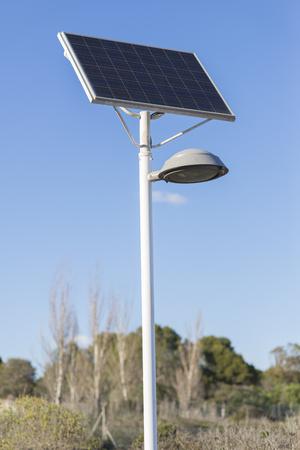 radiacion solar: Farola verde. Foto de archivo