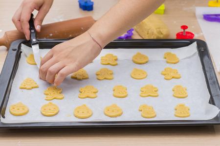 baking cookies: Cuocere i biscotti preparati.
