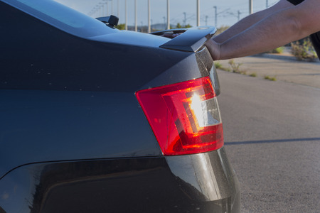 empujando: Que empuja el coche broked. Foto de archivo
