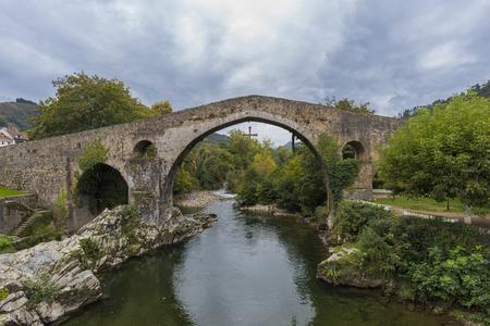 Puente romano de Cangas de Onís (Asturias, España). Foto de archivo