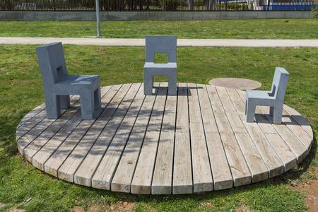 ベニカルロ公園 (スペイン ・ カステリョン) の石造りのベンチ。 の ...