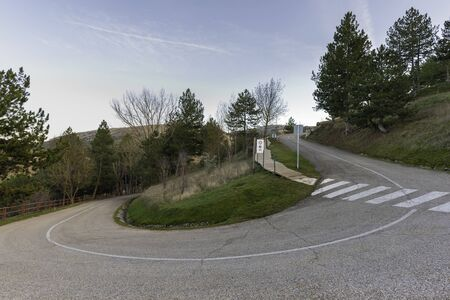 Curve road to Soria parador, Spain. 版權商用圖片