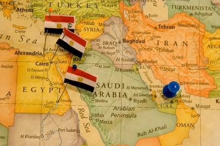 Detail van een kaart met vlaggen en een push pins.