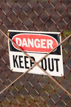 A sign that says to not enter because an area is dangerous. Imagens