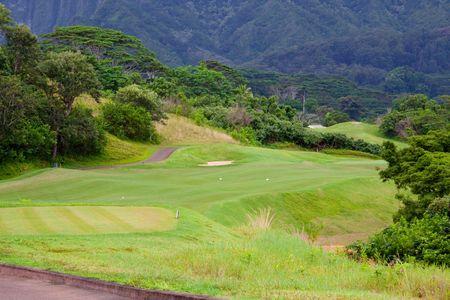 Een geweldige tropische golf cursus op oahu-Hawaï in het midden van een regen woud met prachtige greens en goed gemanicuurde fairways.