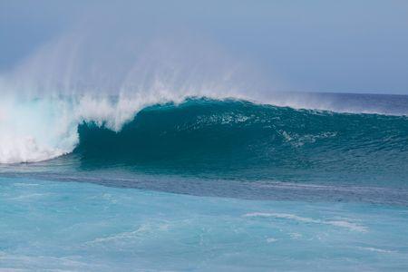 rompiendo: Grandes olas rompen el norte orilla de oahu hawaii durante un buen rato para navegar por los surfistas.  Foto de archivo