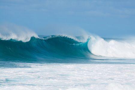 Grote golven breken uit de noordelijke kust van oahu hawaii tijdens een geweldige tijd voor surfers surfen.  Stockfoto