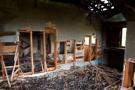 Detail beelden van een huis dat werd verlaten na een grote housefire.