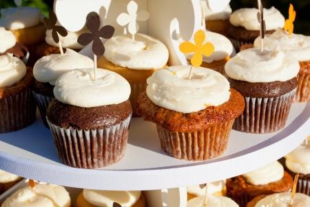 Wedding cupcakes van chocolade, vanille, en carrotcake op een bruiloft receptie