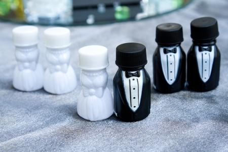 cotillons: Ces cotillons sont des conteneurs de bulles lors d'un mariage. Les photographies repr�sentent ici la noce align�s ensemble. Banque d'images