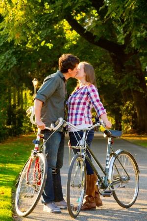 Een man en een vrouw met hun fietsen op een fietspad in een openlucht park setting.