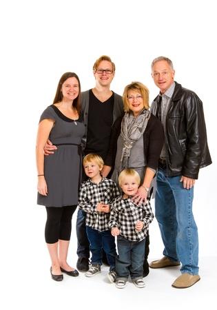 6 人のこのグループには、スタジオでの分離の白い背景の上の 3 つの世代が含まれています。