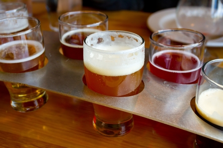 vasos de cerveza: Estas cervezas artesanales cerveza artesanal est�n en una bandeja de muestras en una cervecer�a en Oregon.