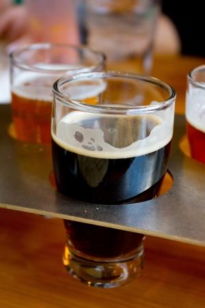 Deze ambachtelijke microbrew bieren zijn in een sampler dienblad bij een brouwerij in Oregon. Stockfoto