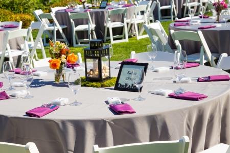 Tafels, stoelen, decor, en decoraties op een bruiloft receptie op een outdoor locatie wijngaard wijnmakerij in oregon. Stockfoto