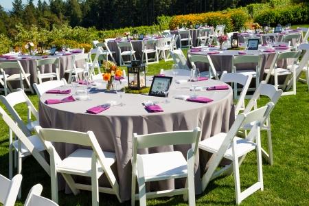 Tables, chaises, décor, décorations et à une réception de mariage dans un lieu vignoble cave en plein air dans l'Oregon. Banque d'images - 21477590