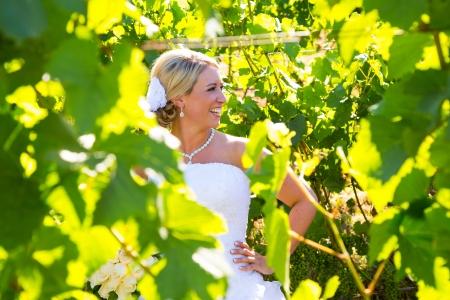 Een mooie bruid haar trouw jurk dragen op haar speciale dag bij een wijngaard buiten in Oregon in de zomer. Stockfoto