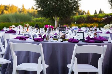 Tafels, stoelen, decor, en decoraties op een bruiloft receptie op een outdoor locatie wijngaard wijnmakerij in Oregon. Stockfoto - 21477675