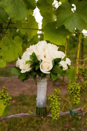 Bij een wijnmakerij in Oregon het boeket van een bruid is gemengd in de wijngaard wijngaarden tijdens zonsondergang.
