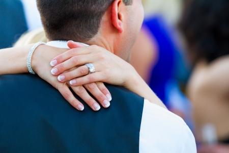 초점은 자신의 결혼식 피로연 부부 첫째 댄스 동안 신부의 반지가됩니다. 스톡 콘텐츠