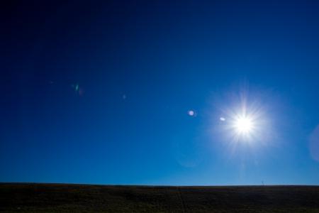 푸른 하늘에 밝은 태양이 컬러로 독특한 추상적 인 성격 하늘 풍경에 대 한 댐 및도 따라이 훌륭한 태양 플레어가 발생합니다.