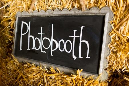 この結婚式で装飾黒板と言うの兆候 photobooth または写真のブースのフロントの場所を示すために含まれています。 写真素材