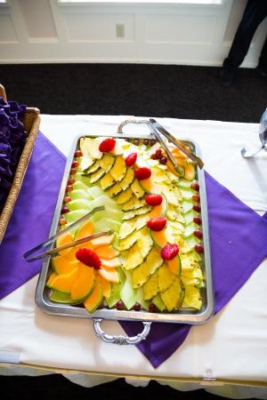 맛있는 음식은이 놀라운 결혼식 연회 뷔페에서 제공되고 먹을 준비가되어 있습니다. 스톡 콘텐츠