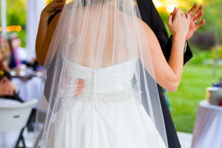 Een bruid en bruidegom delen hun eerste dans op de dansvloer op hun bruiloft receptie. Stockfoto - 24016033