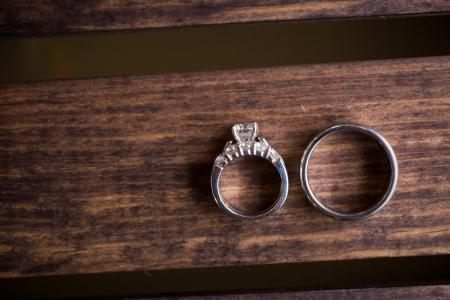 anillos boda: Los anillos de boda son fotografiados en una caja de madera oscura para crear esta gran imagen de color de primer plano. Foto de archivo