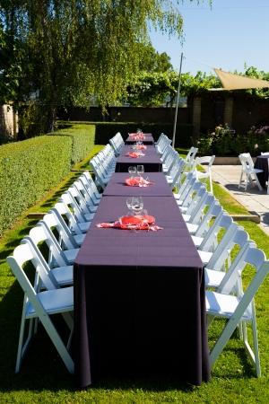 Tafels zijn en klaar voor een huwelijksreceptie in Oregon.