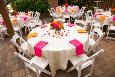 Tafels zijn klaar voor een bruiloft receptie in Oregon.