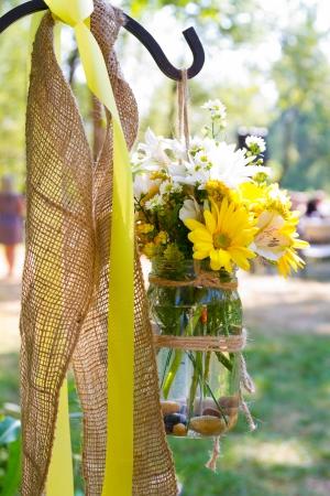 Bloemen van gele en witte samen om een ??mooi bloemstuk in dit land trouwlocatie te creëren. Stockfoto - 24885746