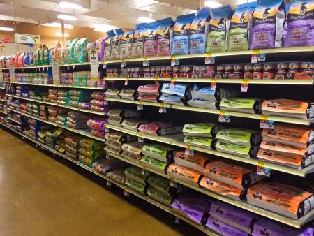 EUGENE, OF - 27 december: Ideaal Balans en natuurlijke keuze hondenvoer selectie bij Petsmart in Eugene, OR op 27 december, 2013. Petsmart is een grote pet food retailer in de Verenigde Staten.