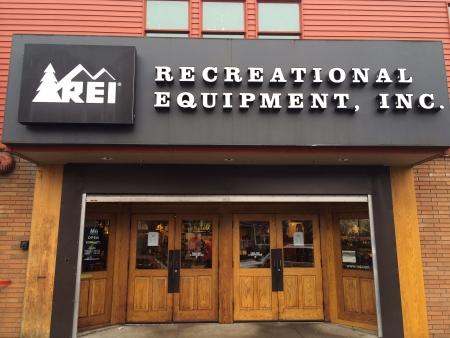 exceeding: EUGENE, OR - 1 de enero: REI Recreational Equipment, Inc. entrada de la tienda, en Eugene, OR el 1 de enero de 2014. REI es un minorista de arte al aire libre con ventas superiores a $ 1500 millones cada a�o.
