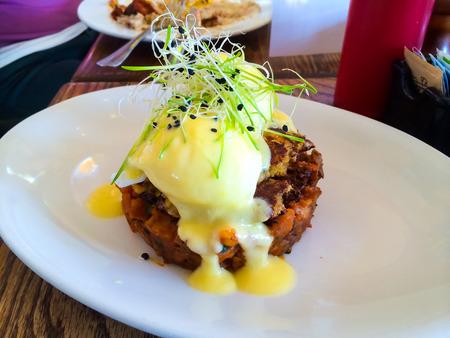 Crabcakes ei Benedictus op een zeer chique restaurant voor het ontbijt.