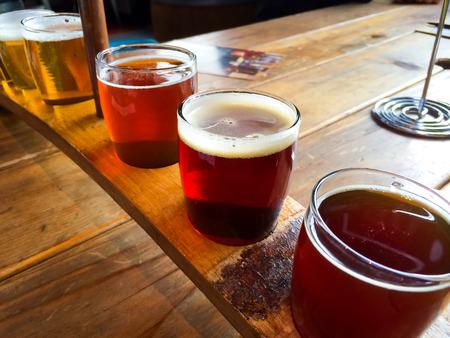 brew beer: Las cervezas artesanales se sirven juntos en una bandeja de muestras para el entusiasta de la cerveza en un restaurante en Oregon. Foto de archivo