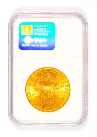 numismatic: Springfield, OR, USA - 2 aprile 2014: 20 dollari 1898 S Liberty Testa moneta d'oro classificato per Numismatico Guaranty Corporation in un caso del collettore di menta. Editoriali