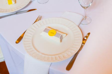 Fête de mariage favorise de blanc et de jaune. Banque d'images - 32774535
