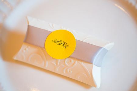 Fête de mariage favorise de blanc et de jaune. Banque d'images - 32774536
