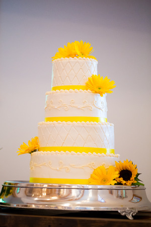 Hohe Vier Hochzeitstorte Auf Einem Empfang Mit Gelb Und Weiss