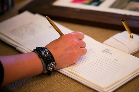 Ondertekenaar van het gastenboek op een bruiloft ceremonie en receptie.