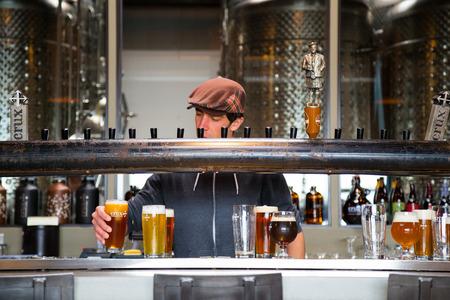 Bend, OR, USA - 12 januari 2014: De barman gieten drankjes in Crux Vergisting Project in Bend, Oregon.
