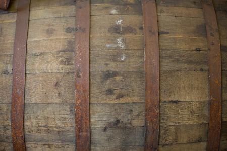 Bourbon vat bij een brouwerij met oude bier binnen. Stockfoto