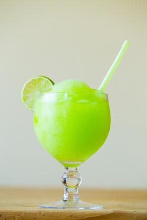 Groene kalk margarita in een restaurant bar met een rietje. Stockfoto
