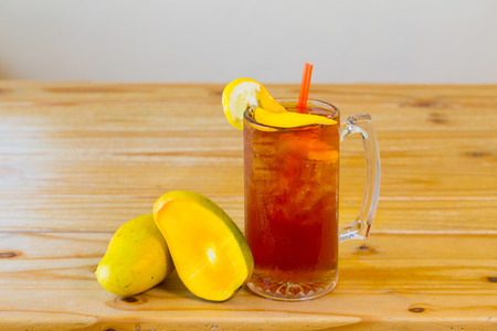 Alcoholische zoete thee met fruit vergelijkbaar met een lange eiland ijsthee in een Mexicaans restaurant bar. Stockfoto