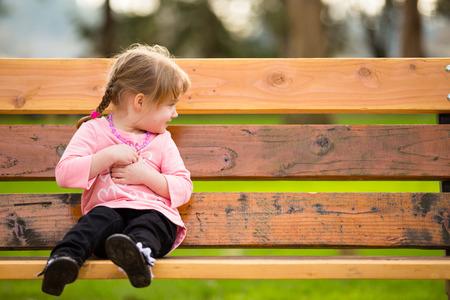 自然光と公園で若い女の子のライフ スタイル肖像画。