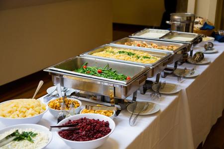 리셉션에서 뷔페 스타일의 저녁 식사에서 결혼식 음식.