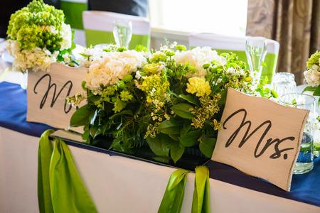 se�ora: Flores y pancartas que dec�an se�or y la se�ora en la mesa principal para una recepci�n de boda. Foto de archivo